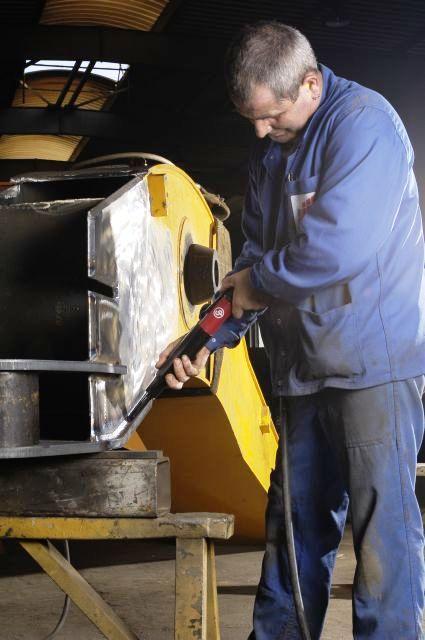 Młotek pneumatyczny do obróbki konstrukcji stalowych